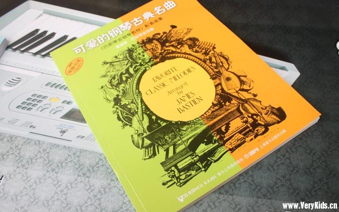 这套曲集是配合书可爱的钢琴古典名曲《巴斯蒂安钢琴教程》的CD集,我查了整个网上都没有MP3可以下载,不得不花了真金白银又购买了书和CD。收10个糖不多吧。 内容简介 本书是《巴斯蒂安钢琴教程》的配套曲集,注重与该教程的密切联系,每一集前均附有简短的使用说明,以配合该教程(一)到(五)的教学进度,供学生练习和欣赏使用。 本书选编的作品优美生动,除了世界钢琴古典名曲以外,还包括交响曲、歌剧和合唱的钢琴改编曲,以拓展师生的教学领域。 本书的所有70首乐曲都经过改编,在保持原作精髓的基础上,降低了演奏的技术难度,